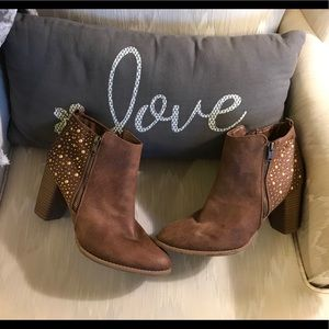 Brown boots size 9.5 really cute !!! Look 👀! ❤️🎃